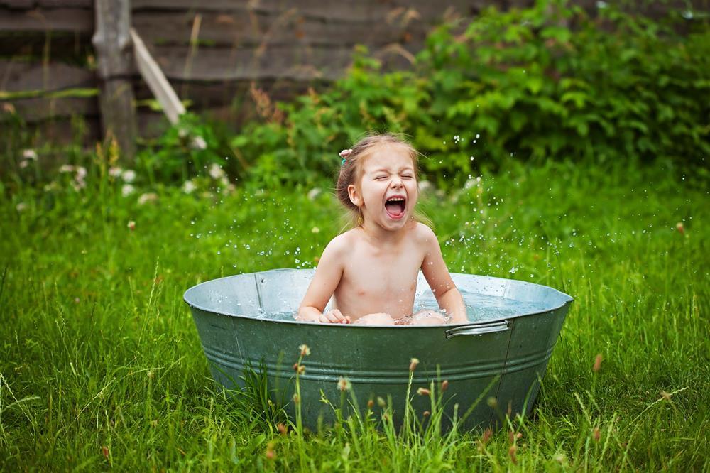 Младенцы четырех-пяти месяцев уже осознанно улыбаются, когда видят.