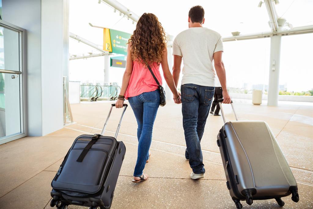 картинка человека с чемоданами мне